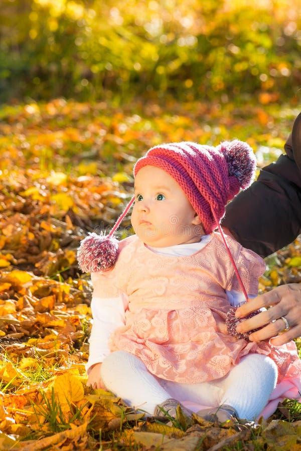 Nettes Herbstbaby stockfotos