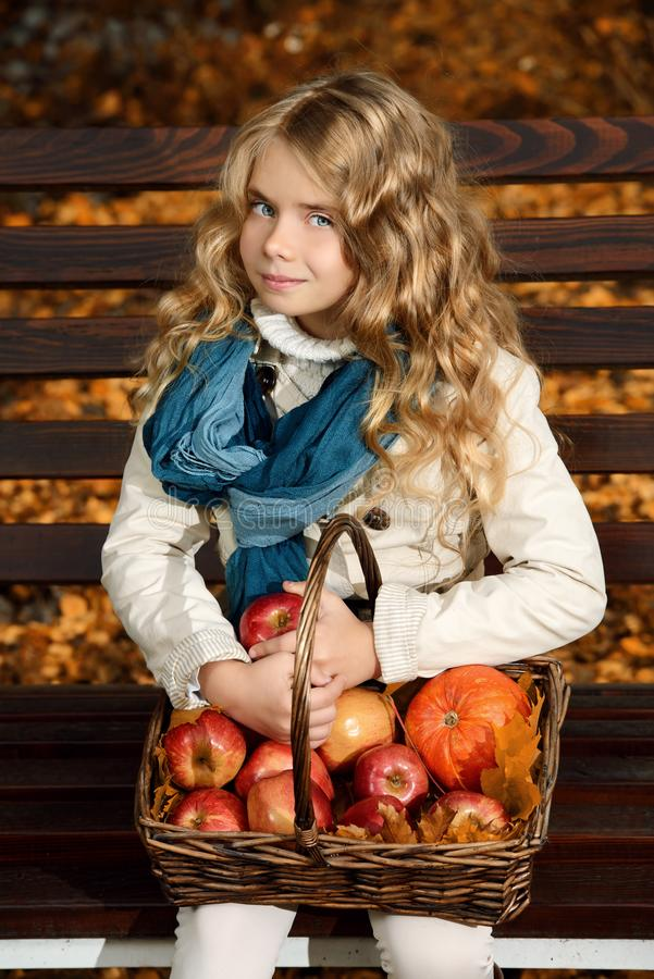 Nettes Herbstmädchen lizenzfreie stockfotos