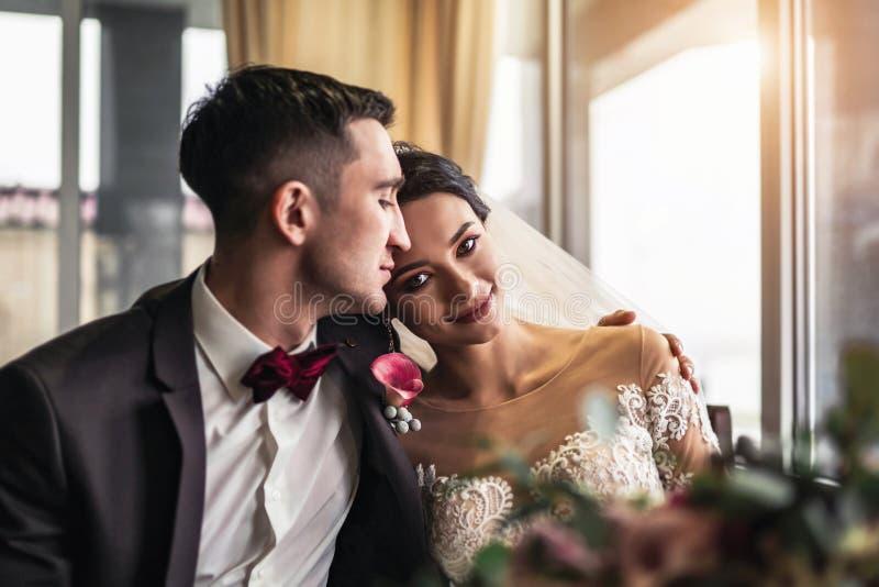 Nettes Hochzeit cuople, das in resturant sich entspannt lizenzfreies stockbild