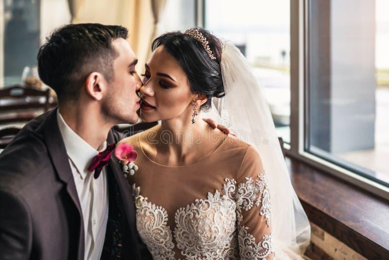 Nettes Hochzeit cuople, das in resturant sich entspannt stockbilder