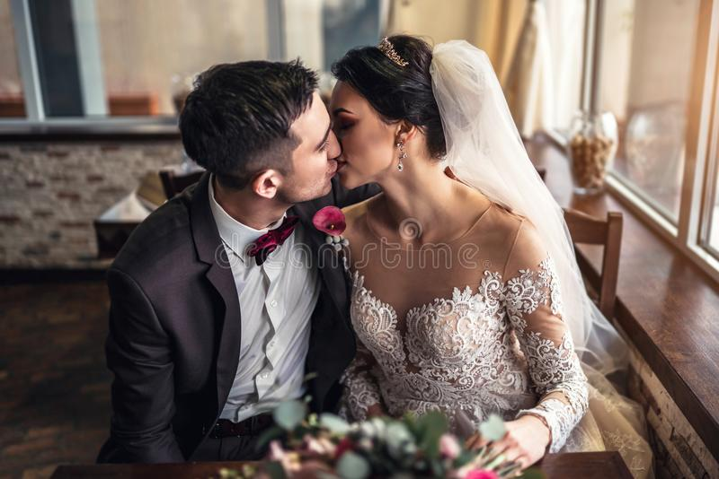 Nettes Hochzeit cuople, das in resturant sich entspannt lizenzfreie stockbilder