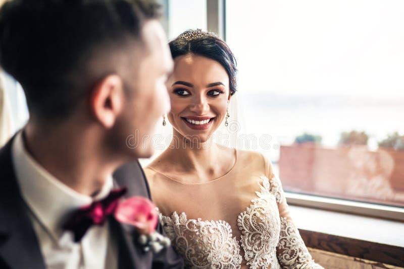 Nettes Hochzeit cuople, das in resturant sich entspannt lizenzfreie stockfotos