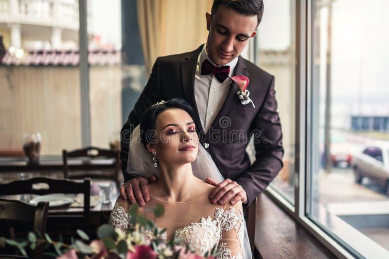 Nettes Hochzeit cuople, das in resturant sich entspannt stockbild