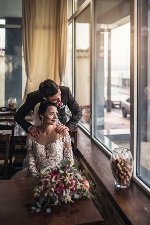 Nettes Hochzeit cuople, das in resturant sich entspannt lizenzfreie stockfotografie
