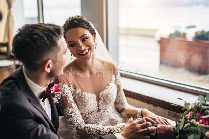 Nettes Hochzeit cuople, das in resturant sich entspannt stockfotos