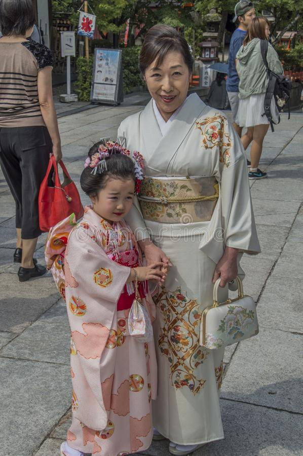 Nettes japanisches Mädchen im Kimono stockbilder