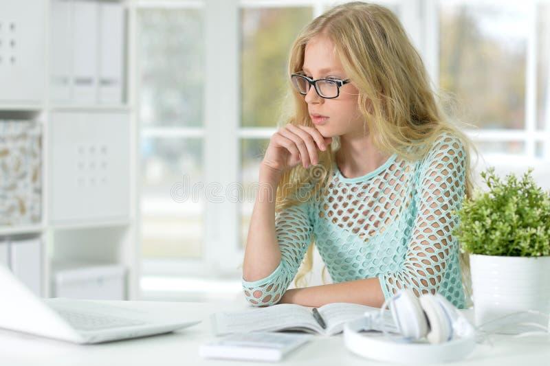 Nettes jugendlich Mädchen, das Hausarbeit tut stockbilder