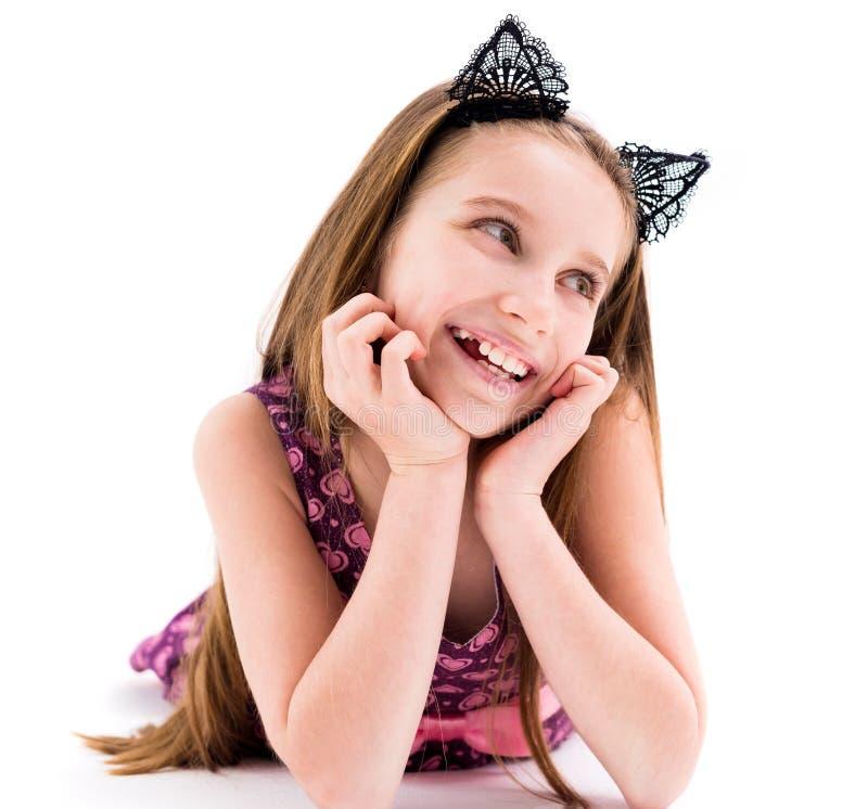 Nettes jugendlich Mädchen, das Ohren der schwarzen Katze trägt stockfotografie