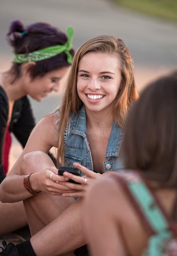 Nettes jugendlich mit Telefon stockfoto