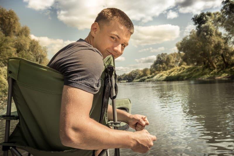 Nettes Jugendlichlebensstilporträt des starken Mannes auf Flusspierplattform während Konzept der kampierenden Feiertage des Somme lizenzfreie stockfotos