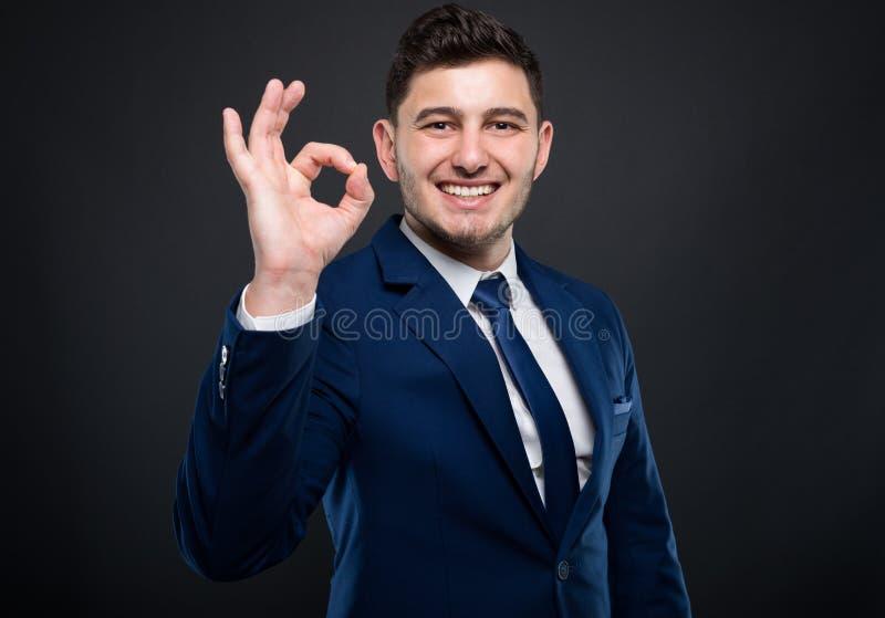Nettes Junge-CEO-Gefühl aufgeregt und Lächeln stockfoto