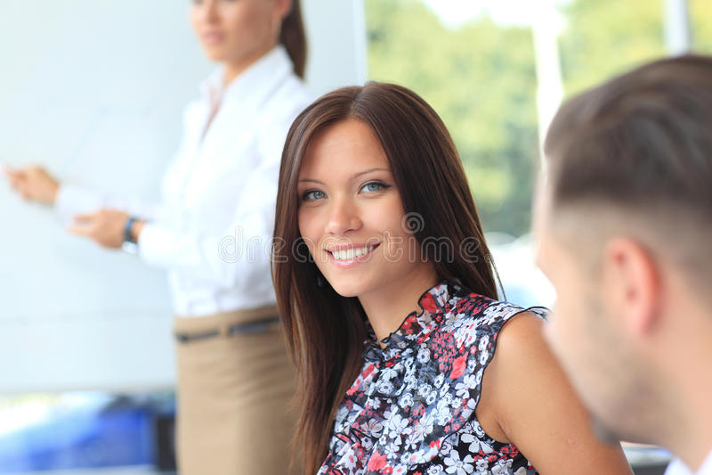 Nettes junges Geschäftsfraulächeln stockbild