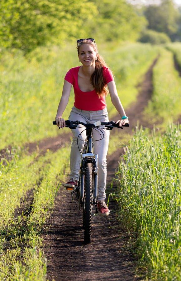 Nettes junges Mädchen auf Fahrrad stockfotos
