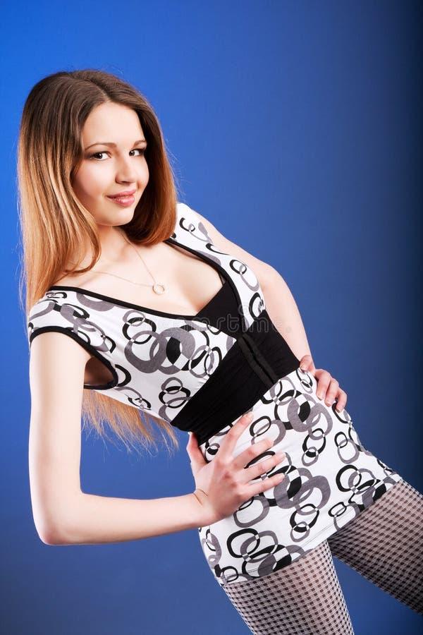 Nettes junges Mädchen in einem Kittel stockbilder