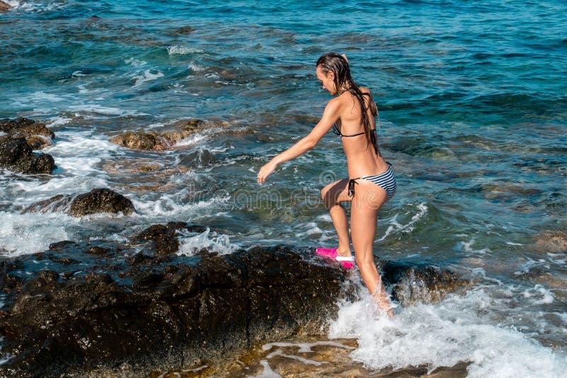 Nettes junges Mädchen am Küsten-Park stockfotos