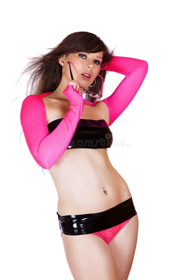 Nettes junges Mädchen in rosafarbenem und in Schwarzem mit Gläsern stockbilder