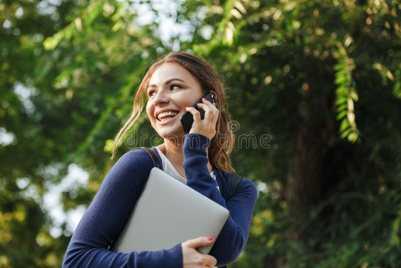 Nettes junges Schulmädchen, das draußen geht lizenzfreie stockfotos