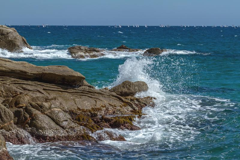 Nettes Küsten in einer Bucht nahe Kleinstadt Palamos in Costa Brava von Spanien lizenzfreie stockfotos