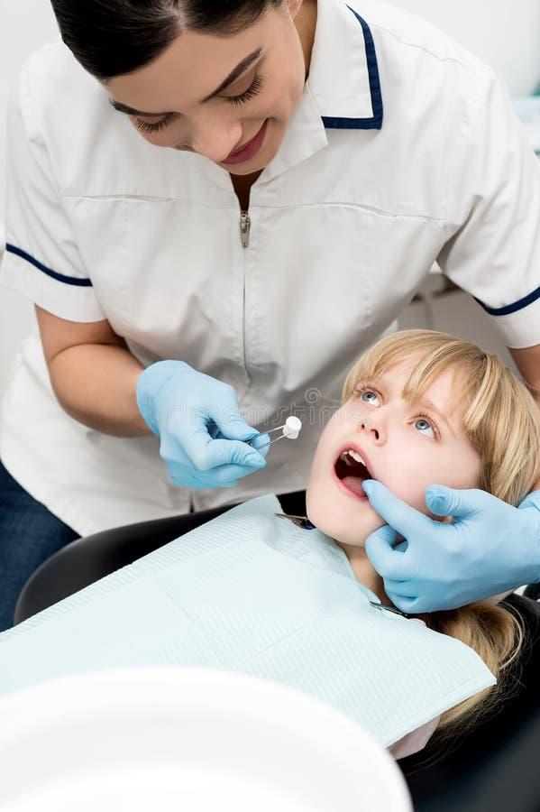 Nettes Kind überprüft vom Zahnarzthelfer lizenzfreies stockfoto