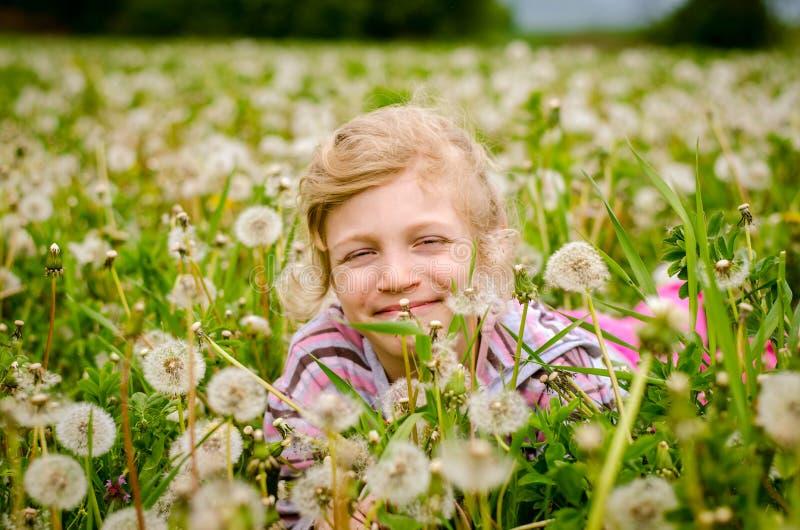 Nettes Kind in blühender Löwenzahnblumenwiese lizenzfreies stockbild