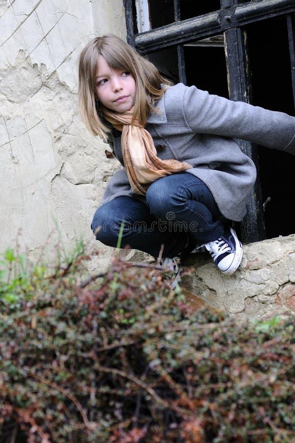 Nettes Kind, das Spaß auf Ruinen hat lizenzfreies stockfoto