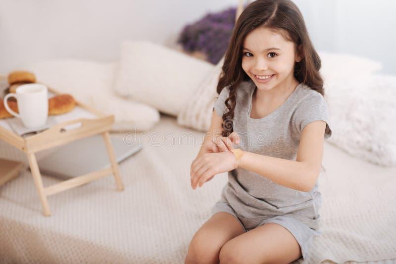 Download Nettes Kind, Das Zu Hause Hilfsverband Auf Den Arm Setzt Stockfoto - Bild von kindheit, brainy: 90237040
