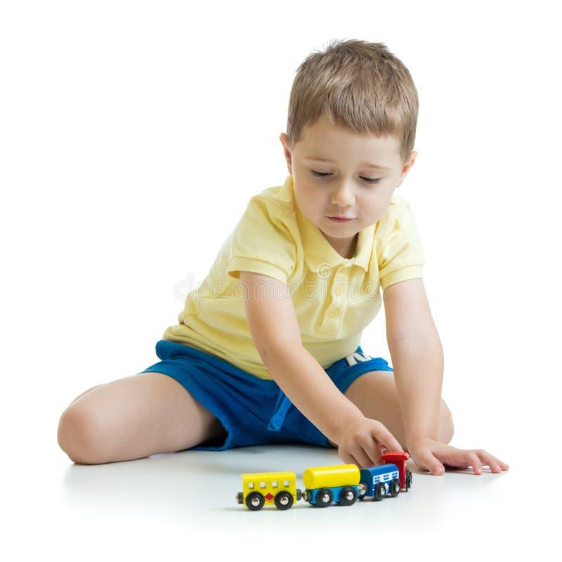 Nettes Kind, das zu Hause mit Spielwaren spielt lizenzfreie stockfotografie