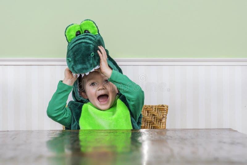 Nettes Kind in der Krokodilklage stockbild
