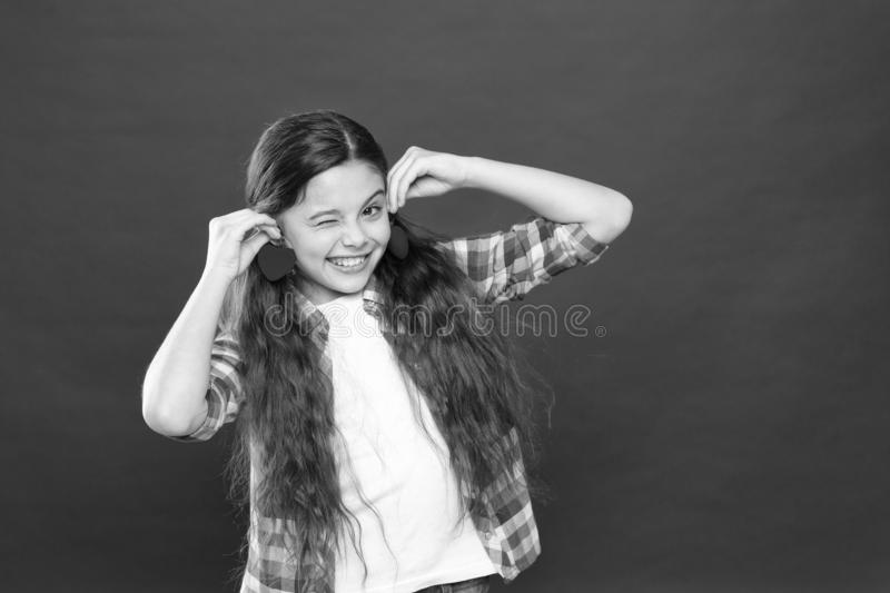 Nettes Kind des M?dchens mit Herzen Kinderm?dchen mit rotem Hintergrund des langen Haares Feiern Sie Valentinsgru?-Tag Spielerisc lizenzfreie stockfotografie