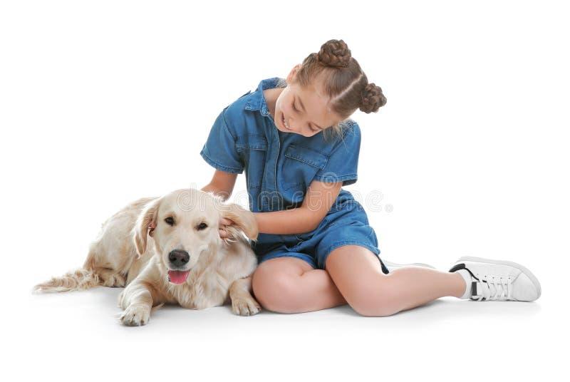 Nettes Kind mit Haustier auf weißem Hintergrund lizenzfreie stockbilder