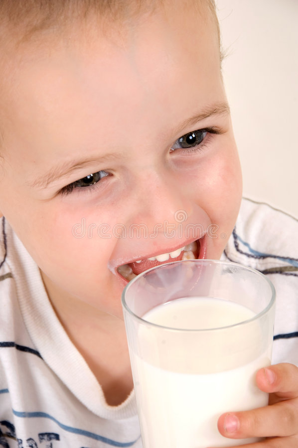 Nettes Kind mit Milchglas stockfotos