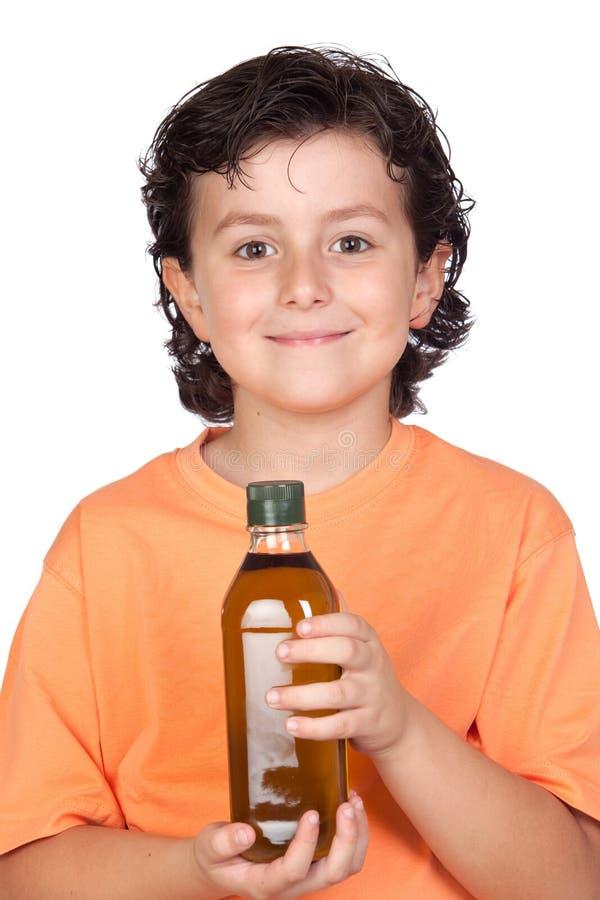 Nettes Kind mit Olivenölflasche lizenzfreies stockfoto