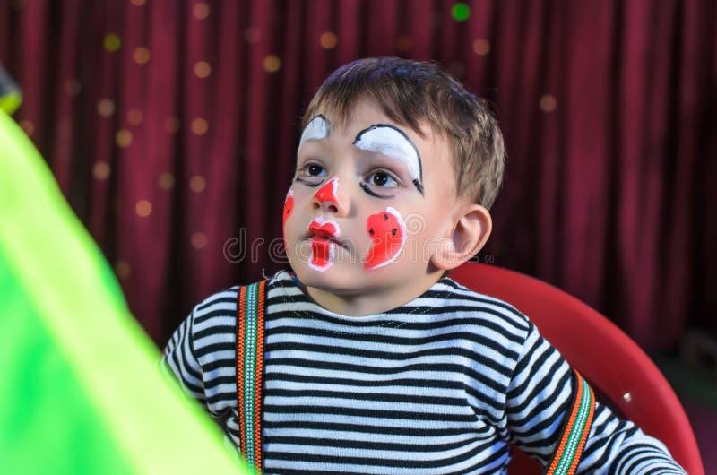 Nettes Kind mit Pantomimen Makeup für Stadiums-Spiel lizenzfreies stockbild