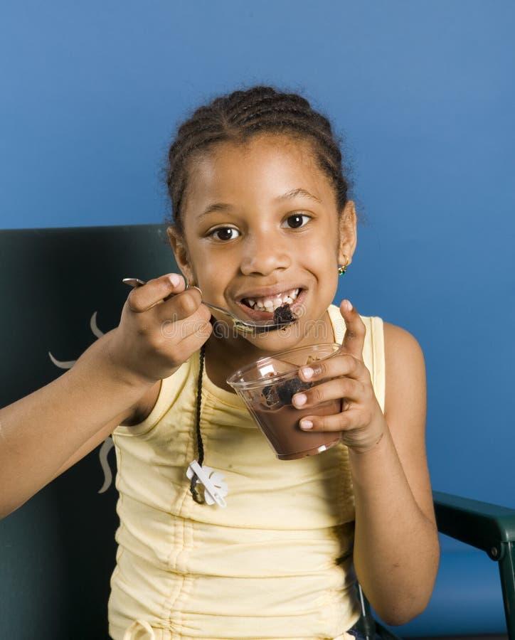 Nettes Kind mit Pudding stockfotografie
