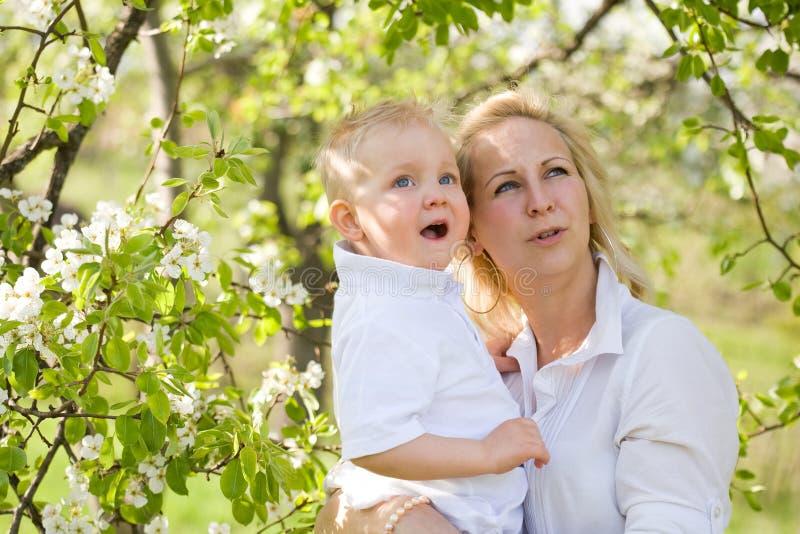 Nettes Kind mit seiner Mamma draußen in der Natur. stockfoto