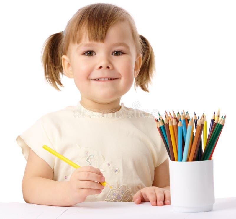 Nettes Kind zeichnet mit Farbenbleistiften stockbilder