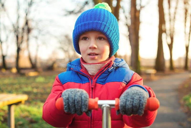 Nettes Kinderfreienporträt Wenig Junge in der Winterkleidung, die am Park spielt Glückliches Kind, das in kühles Wetter geht Gesu lizenzfreies stockfoto