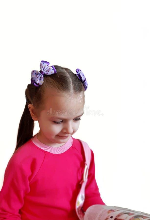 Nettes Kinderlesebuch auf weißem Hintergrund stockfotografie