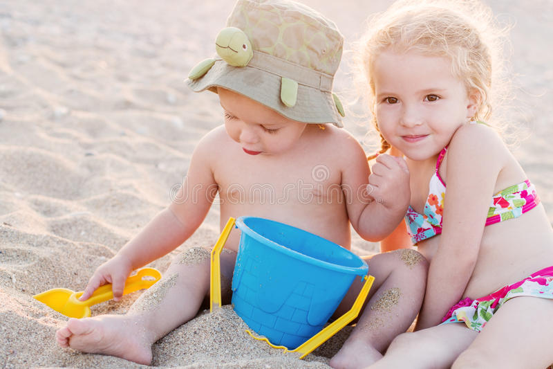 Nettes kleiner Bruder- und Schwesterspielen lizenzfreie stockbilder