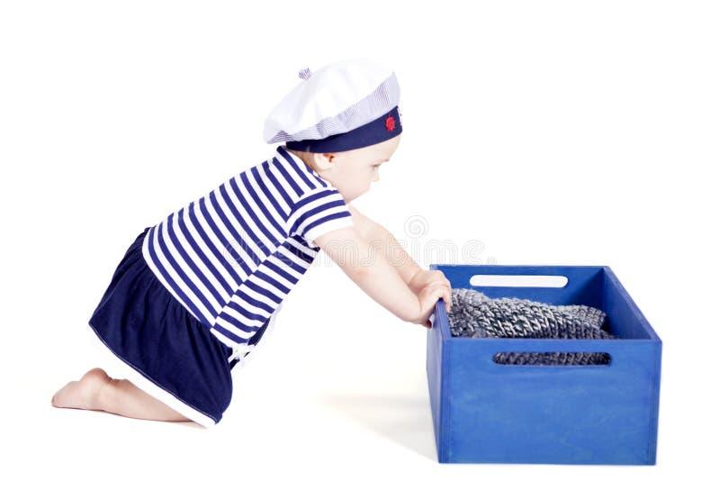 Nettes kleines Baby beim Seemannmodespielen lizenzfreie stockfotos