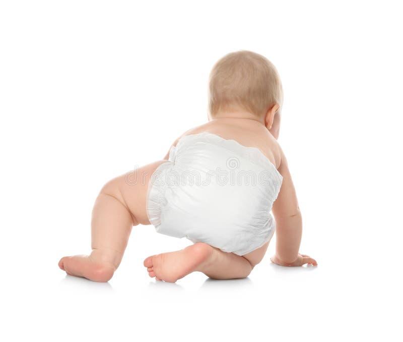 Nettes kleines Baby, das auf Wei? kriecht stockbild
