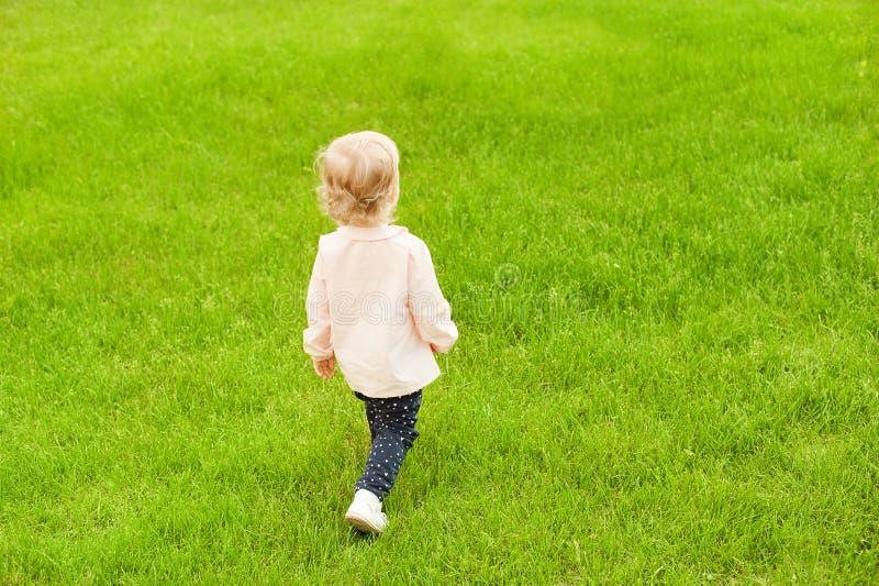 Nettes kleines Baby, das im Sommerpark spielt Glückliches Familienkonzept Naturszene mit Lebensstil der Familie im Freien Schönhe stockbilder