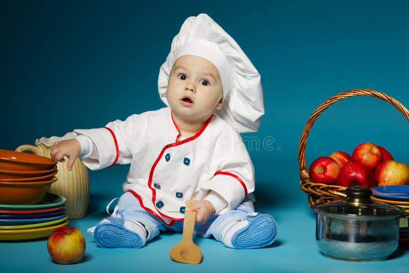 Nettes kleines Baby mit Chefhut stockbilder