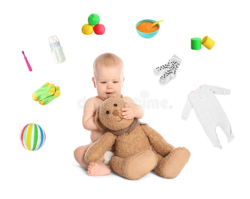 Nettes kleines Baby mit Spielzeugkaninchen auf Weiß lizenzfreies stockbild