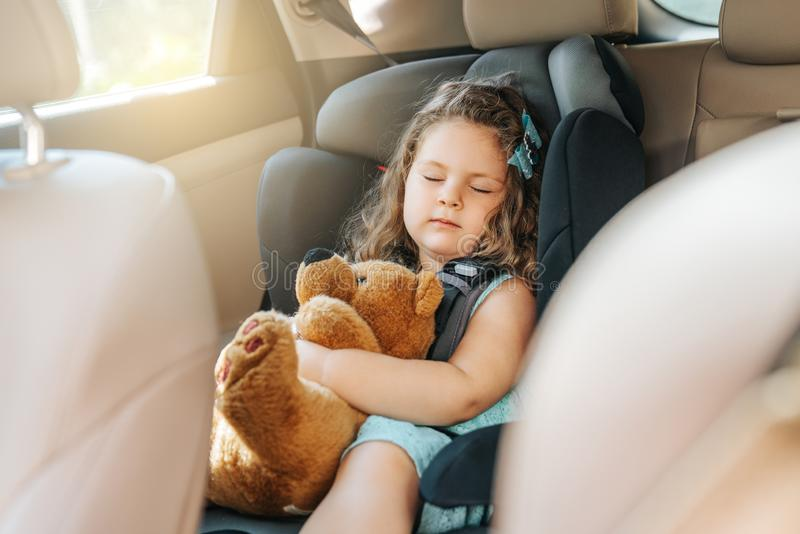 Nettes kleines Babykind, das im Autositz sitzt Portr?t des netten kleinen Babykindes, das im Autositz sitzt Wei?e getrennte 3d ?b lizenzfreie stockfotografie
