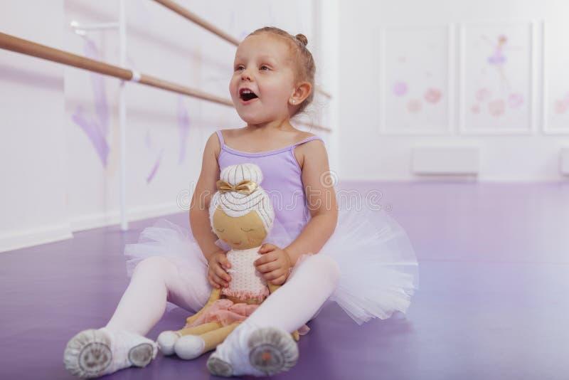 Nettes kleines Ballerinamädchen, das an der Tanzschule trainiert lizenzfreie stockfotografie