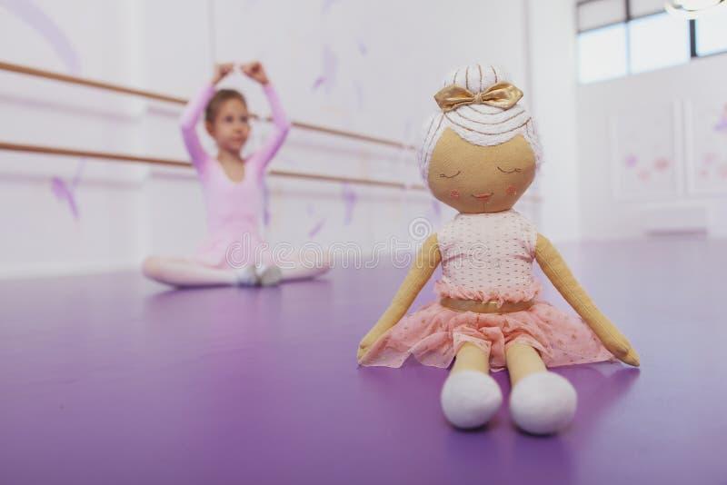 Nettes kleines Ballerinamädchen, das an der Tanzschule trainiert lizenzfreie stockfotos