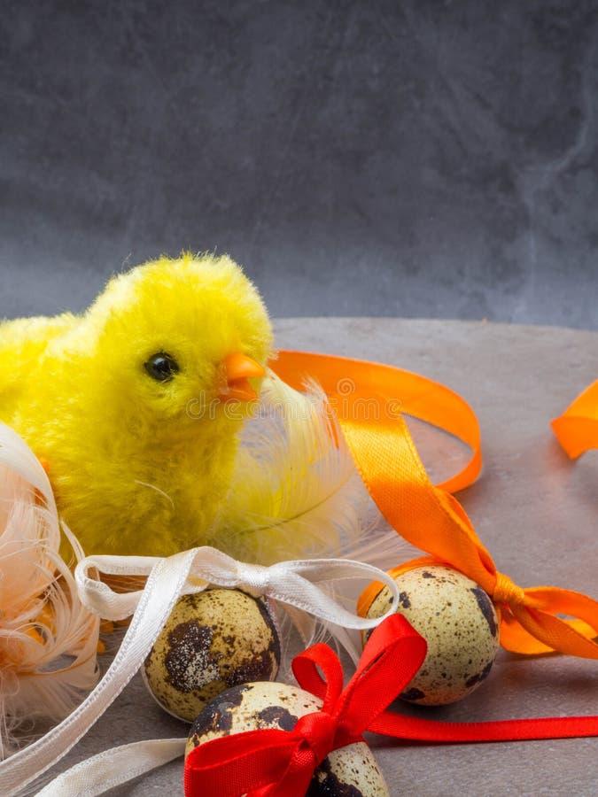 Nettes kleines Huhn mit den Eiern lokalisiert auf grauem Hintergrund lizenzfreies stockfoto