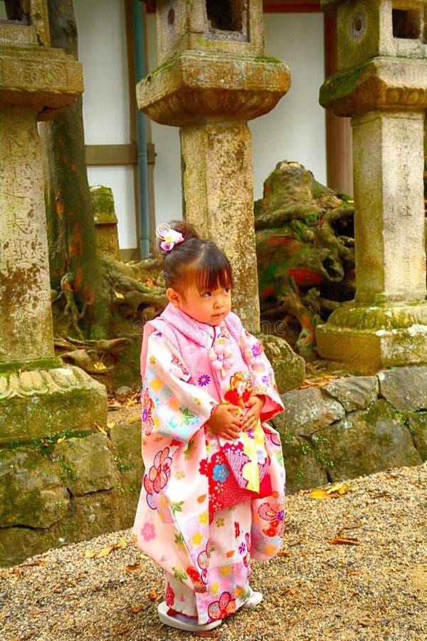 Nettes kleines japanisches Mädchen im Kimono, Nara, Japan stockbilder