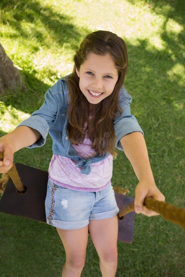 Nettes kleines junges Mädchen auf Schwingen stockbild